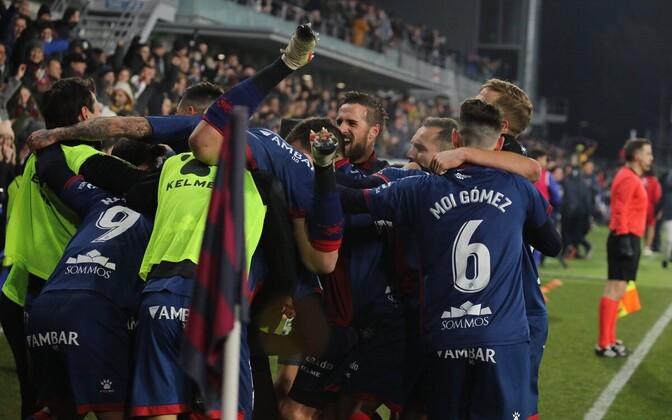 Huesca mängijad teist väravat tähistamas