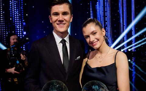 Jakob Ingebrigtsen koos tüdruksõbra Elisabeth Assersoni ja võidetud auhindadega.