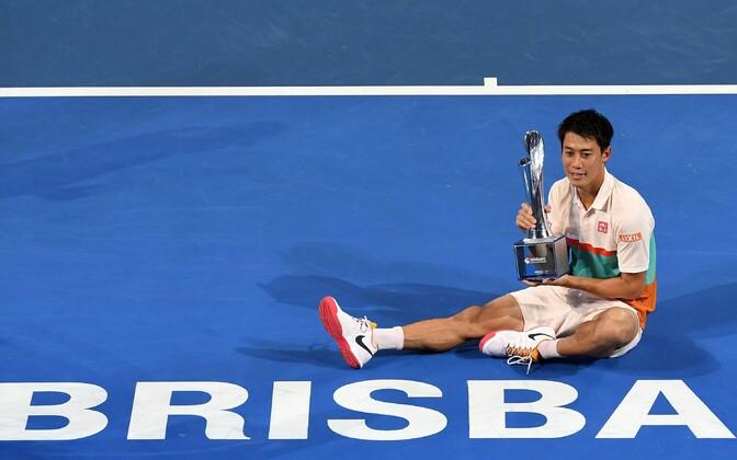 Kei Nishikori Brisbane'i turniiri trofeega