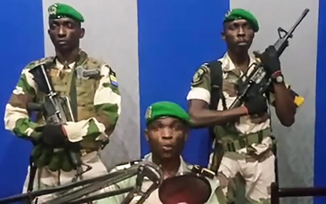Пытавшиеся совершить госпереворот в Габоне военные в радоэфире.