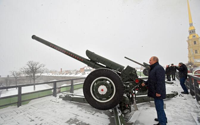 Venemaa president Vladimir Putin Peterburis suurtükki laskmas.