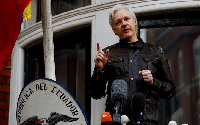 Julian Assange Ecuadori Londoni saatkonna rõdul 2017. aastal.