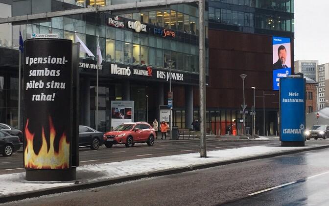 Pensioni teist sammast sarjavad valimisreklaamid Tallinna tänaval.