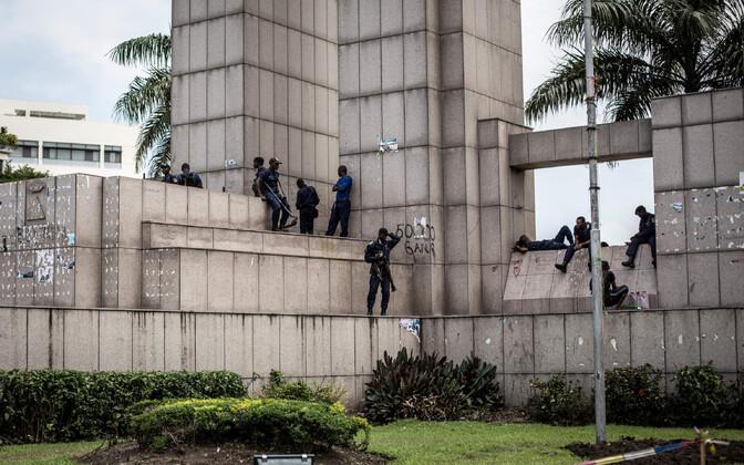 Kongo DV julgeolekujõud Kinshasas valimiskomisjoni hoone juures.