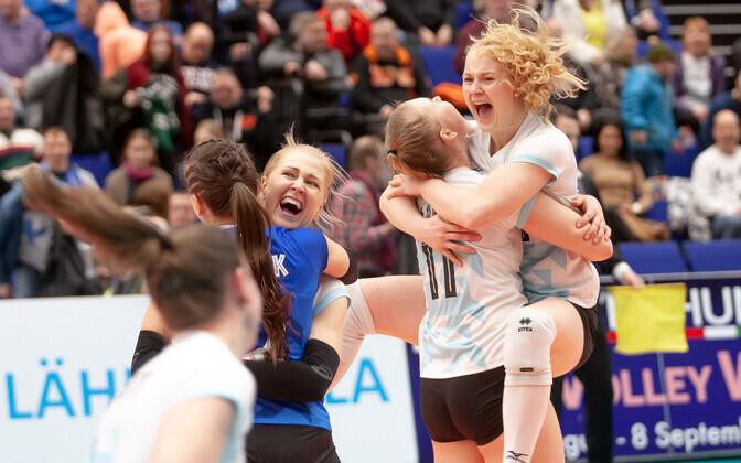 Eesti naiste võrkpallikoondis rõõmustamas EM-finaalturniirile pääsu üle.