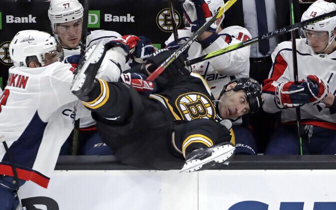 Aleksandr Ovetškin (Capitals) Zdeno Charat (Bruins) vahetusmeeste pingile paiskamas