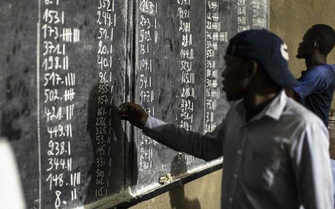 Häälte lugemine Kinshasa valimisjaoskonnas.