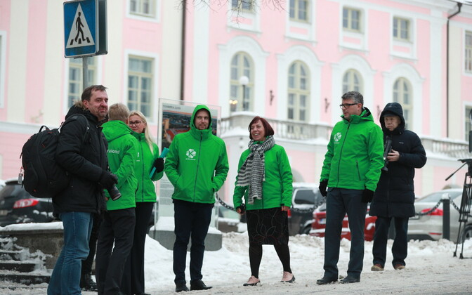 leading Centre Party members outside the Riigikogu.