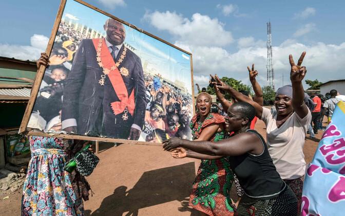 Gbagbo toetajad tema kodulinnas uudise üle rõõmustamas.