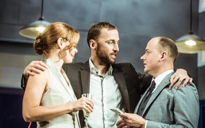"""Foto lavastusest """"Mitte praegu, kallis!"""" (vasakult Kleer Maibaum-Vihmar, Märt Avandi ja Tambet Seling)."""