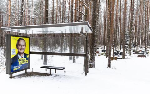Siim Kallase valimisplakat Pärnamäe kalmistu bussipeatuses.