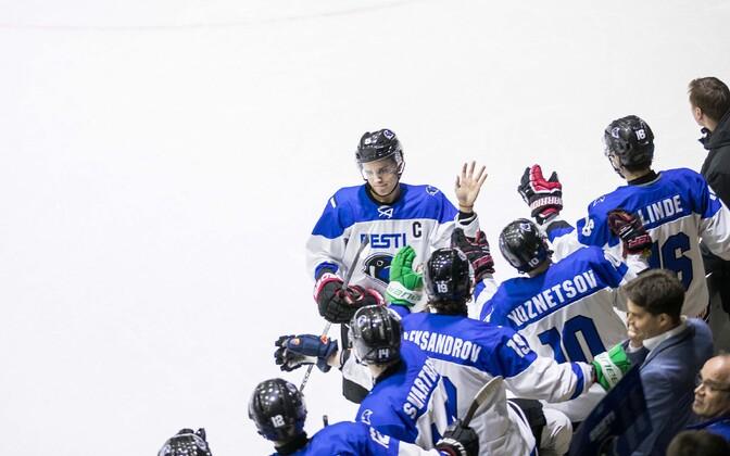 Молодежная сборная Эстонии по хоккею празднует успех.