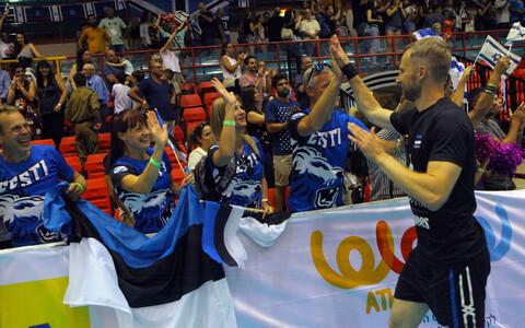 Капитан сборной Эстонии по волейболу Керт Тообал отмечает успех с болельщиками.