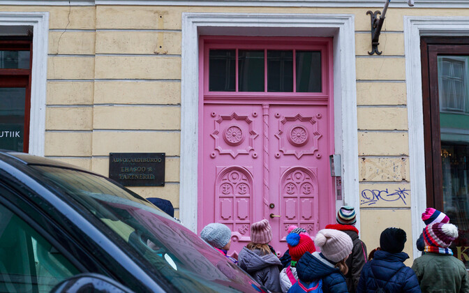 Розовая дверь в Старом Таллинне.