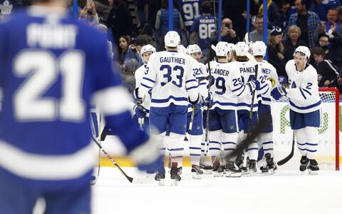 Toronto Maple Leafsi mängijad rõõmustamas.
