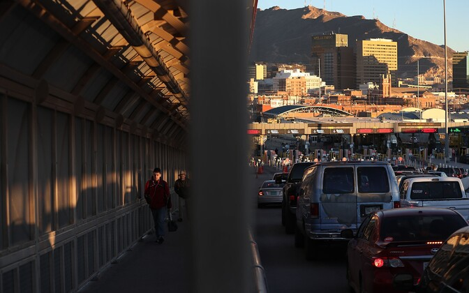 Inimesed ja autod USA-d ja Mehhikot ühendaval sillal Texases.