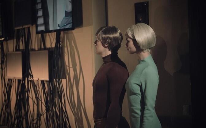Vanema Uurija (Jaanus Nuutre) vigane kõnemoodul ja Uuema Uurija (Jane Napp) kaotsiläinud täpitähed tõmbavad lavastuse sügavtõsise Põhjamaade krimka küüsist välja.