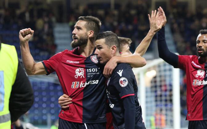Cagliari mängijad väravat tähistamas