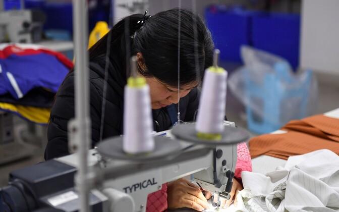Tööline vabrikus Guizhou provintsis Hiinas.