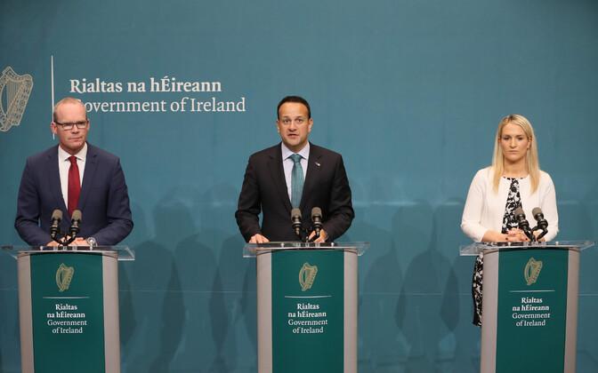 Vasakult: Iiri vabariigi välisminister Simon Coveney, peaminister Leo Varadkar ja Euroopa asjade minister Helen McEntee.
