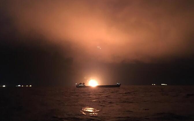 В Керченском проливе горят два судна.