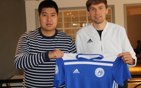 Artjom Dmitrijev (vasakul)