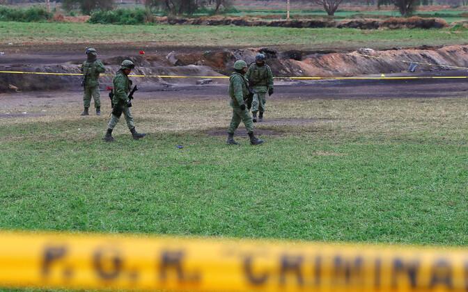 Mehhiko sõjaväelased plahvatuskohas.