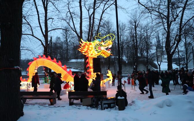 Hiina valgusskulptuurid Tallinnas Kaarli puiesteel.