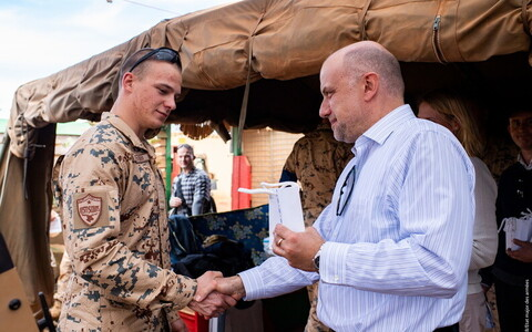 Defence minister Jüri Luik (Pro Patria) meeting EDF personnel in Mali.