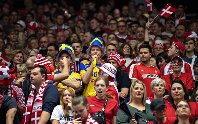 Rootsi ja Taani koondiste fännid Herningis mängu jälgimas.