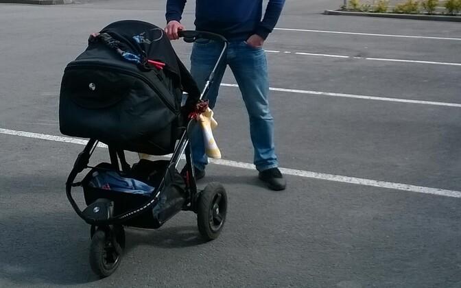 Isa lapsega jalutamas.