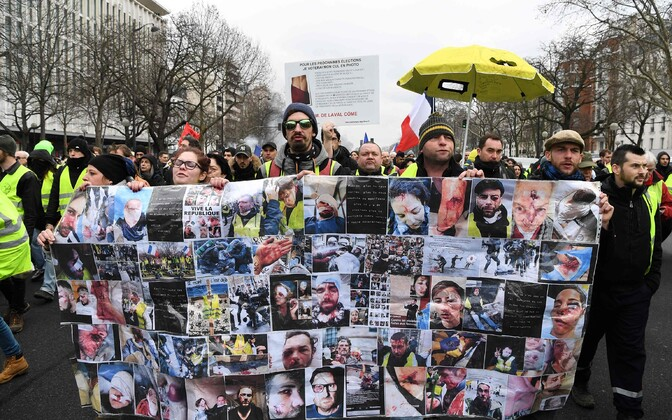 Protestijad kannavad plakatit inimeste fotodega, kes väidetavalt on meeleavaldajate ja politseinike kokkupõrgetes kannatada saanud.