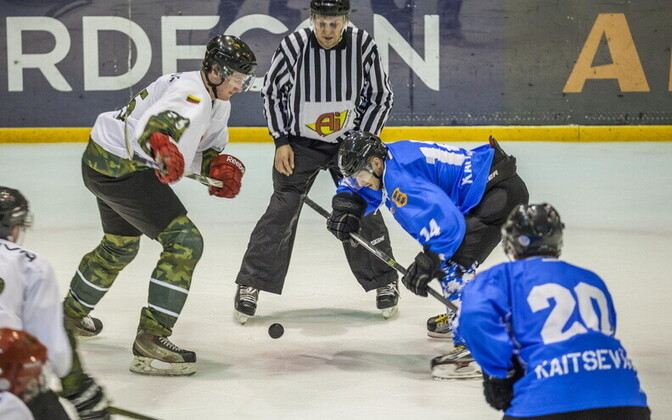 The ice hockey teams of the EDF playing against the team of the Lithianian Armed Forces.