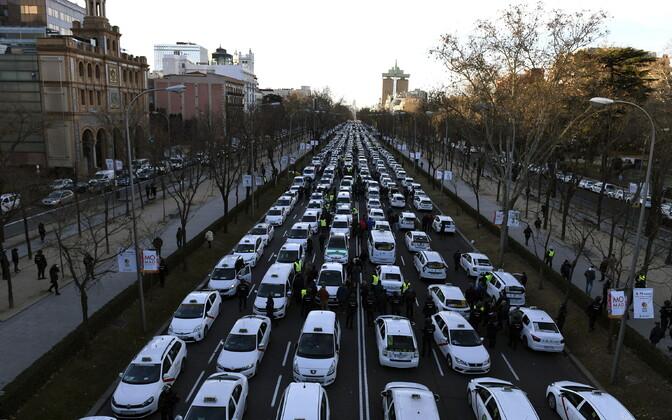 Таксисты в Мадриде заблокировали центр города.
