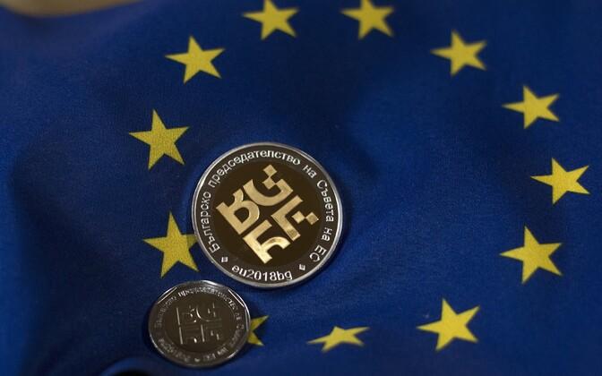 Bulgaaria EL-i eesistumise erimünt EL-i lipu taustal.