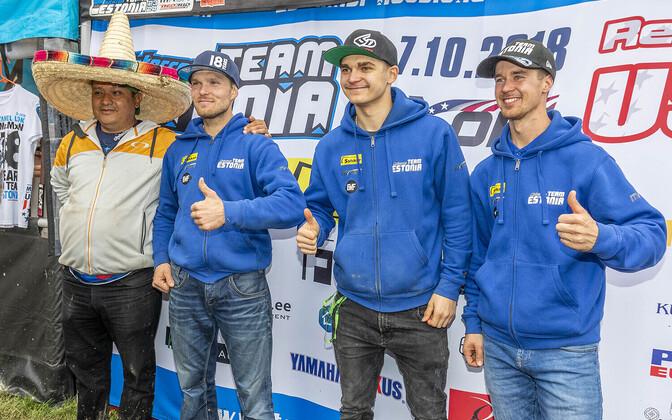 Eesti koondis USAs Mehhiko fänniga, (paremalt) Harri Kullas, Hardi Roosiorg ja Tanel Leok