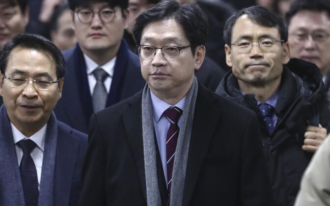 Kim Kyoung-soo (keskel) kolmapäeval Soulis kohtusse saabumas.