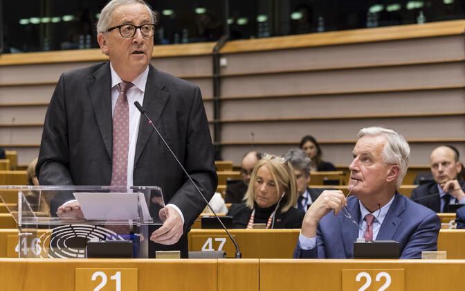 Jean-Claude Juncker ja Michel Barnier europarlamendis.