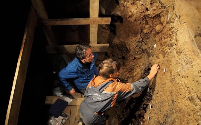 Teadlased Denissova koopast proove kogumas.
