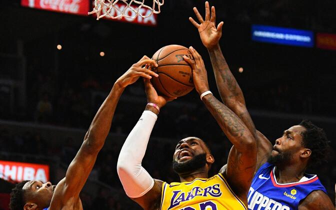 LeBron James Clippersi mängijate piiramisrõngas.