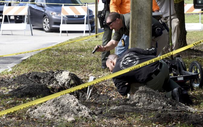 FBI ja politsei Pembroke Pines'is kahtlast auku uurimas.