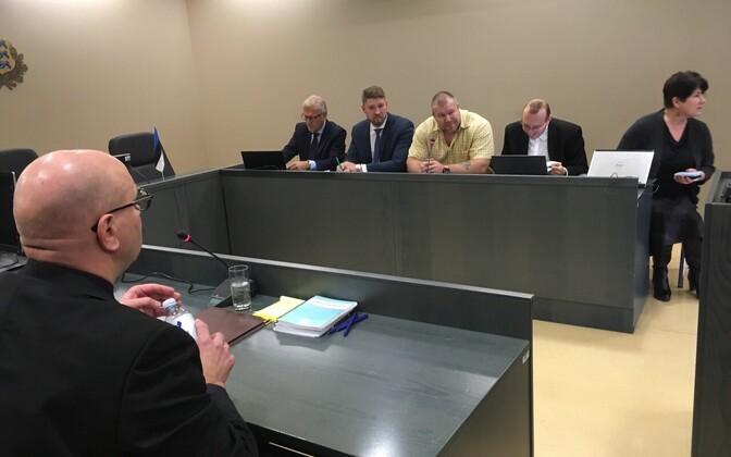 Артем Суворов (второй слева) заявляет о своей невиновности.