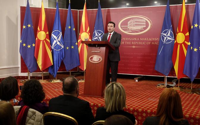 Peaminister Zoran Zaev Makedoonia ja NATO lippude taustal.