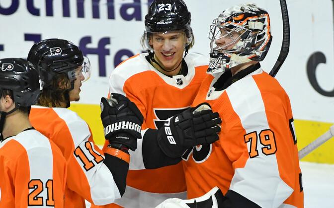 Flyersi väravavaht Carter Hart (79) rõõmustab koos meeskonnakaaslastega järjekordse võidu üle.
