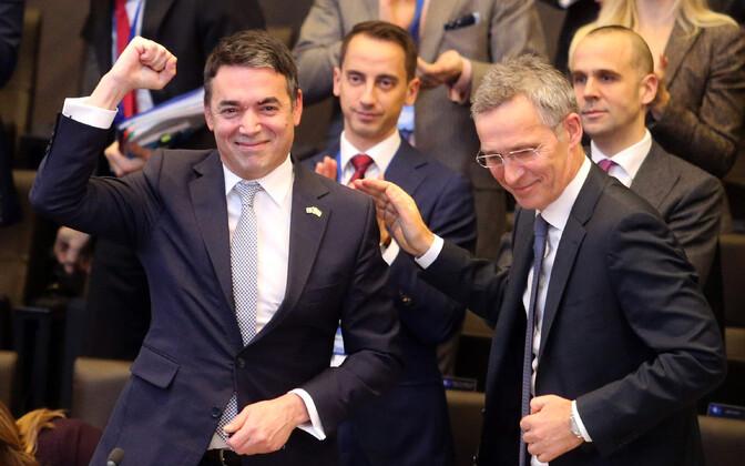 Makedoonia välisminister Nikola Dimitrov rõõmustab pärast allkirjastamistseremooniat NATO peakorteris.