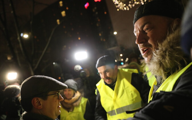 Artur Talvik protestimas telemaja ees.