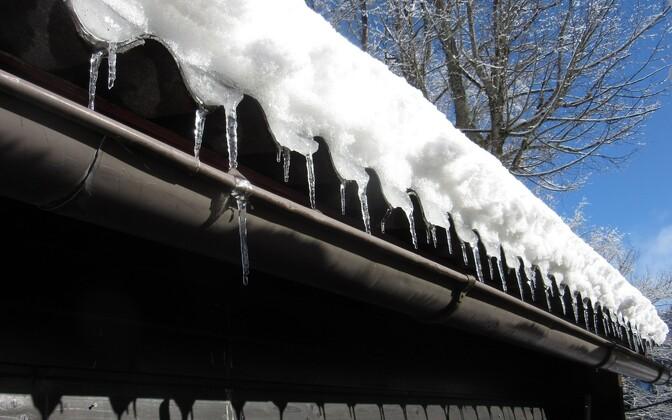 Снег на крыше. Иллюстративное фото.