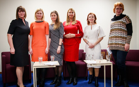 Participants in Thursday's all-woman pre-election debate in English. From left, Aili Vahtla (moderator, ERR News), Riina Sikkut (SDE), Eva-Liisa Luhamets (Pro Patria), Liina Normet (Estonia 200), Keit Pentus-Rosimannus (Reform), Yana Toom (Centre).