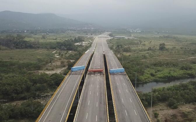 Tienditase sild Colombia piiril, mille Venezuela armee on veokitega blokeerinud. Foto tehtud 6. veebruaril.