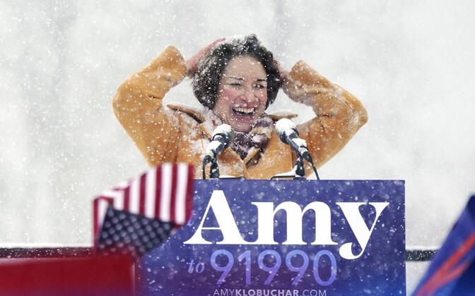 Demokraadist senaator Amy Klobuchar keset lumesadu Minneapolises teatamas kandideerimisest USA presidendiks.